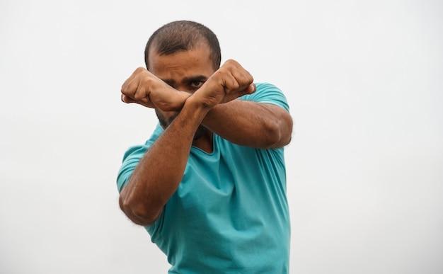 Een man die aan zelfverdediging doet