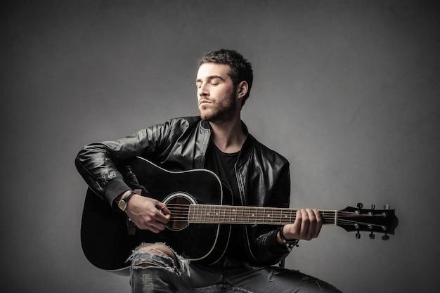 Een man die de gitaar bespeelt