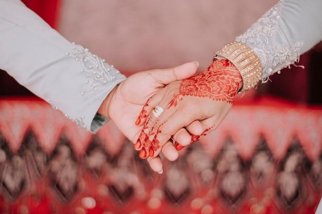 Een man die de hand van een meisje vasthoudt