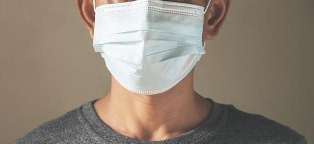 Een man die de medische maskers beschermt om virussen en stof te beschermen. gezond begrip.