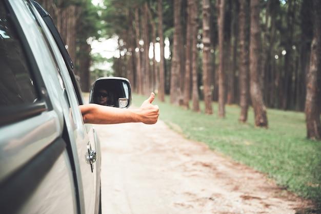 Een man die een pick-up bestuurt en zijn hand uit de auto steekt uitstekend symbool