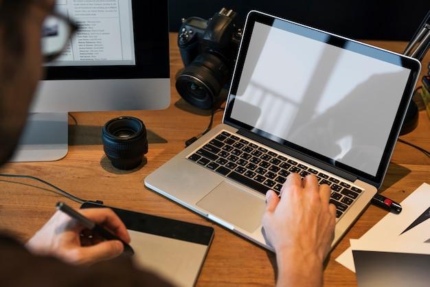 Een man die foto's op een computer bewerkt