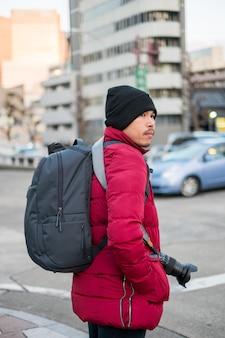Een man die fotografeert in het winterseizoen van japan