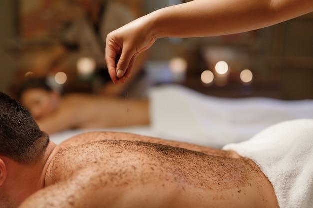 Een man die geniet van de balinese massage