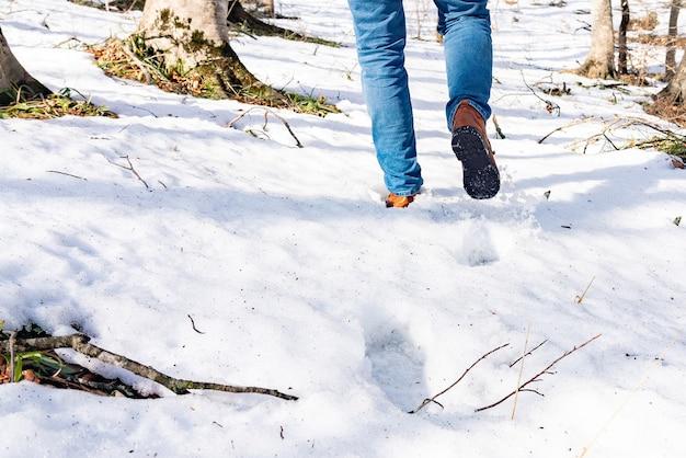 Een man die in de sneeuw loopt