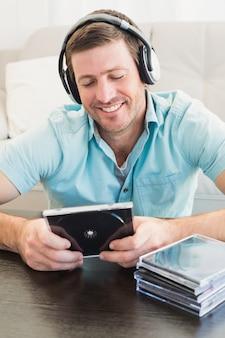 Een man die naar cd's luistert