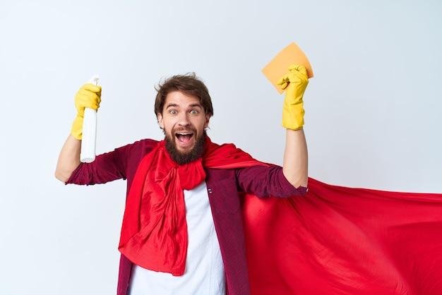 Een man die op de vloer zit en de dienstverlening van het appartement schoonmaakt. hoge kwaliteit foto