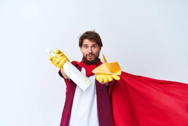 Een man die op de vloer zit om accessoires te wassen, diensten te verlenen