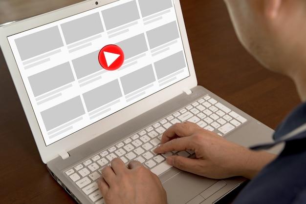 Een man die op zoek is naar video's op internet.