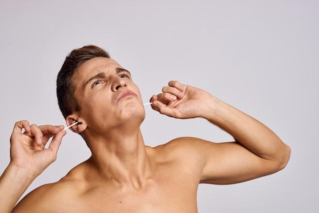 Een man die thuis oren schoonmaakt