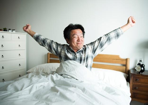 Een man die wakker wordt