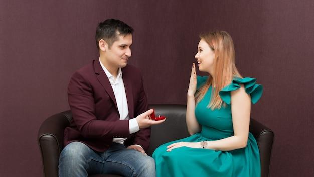 Een man doet een voorstel aan een meisje