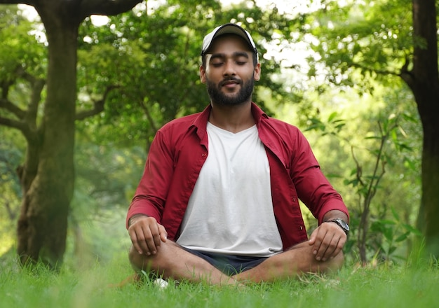 Een man doet meditatie voor angst