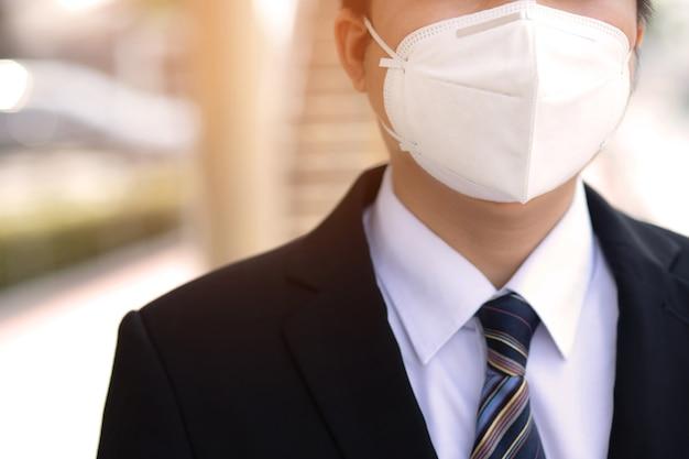 Een man draagt een masker om covid-19 te voorkomen