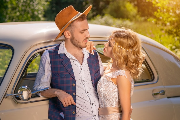 Een man en een meisje staan in een omhelzing naar de auto