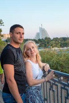 Een man en een vrouw aan de oever van de zee genieten van hun vakantie. liefde en relaties.