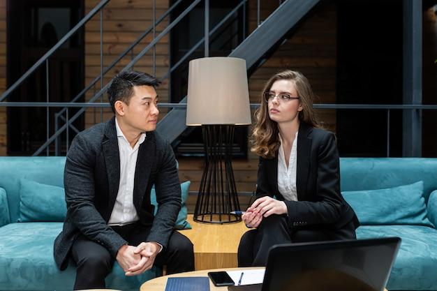 Een man en een vrouw beëindigen een zakelijke bijeenkomst