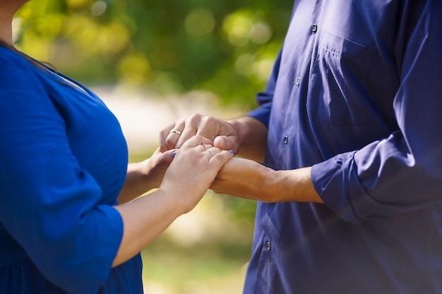 Een man en een vrouw die handen houden
