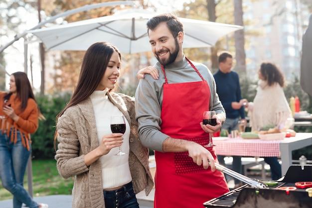 Een man en een vrouw drinken wijn op picknick.