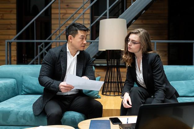 Een man en een vrouw een zakelijke bijeenkomst