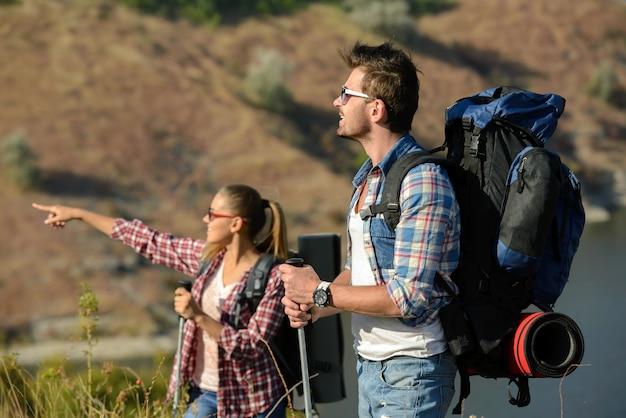 Een man en een vrouw gingen wandelen in de bergen.