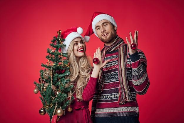 Een man en een vrouw in nieuwjaarskleding kerstversiering vakantie