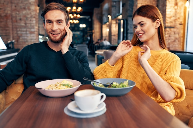 Een man en een vrouw zitten aan een tafel in een restaurant maaltijd heerlijke gerechten serveren gerechten