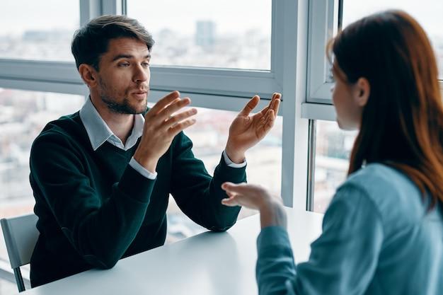Een man en een vrouw zitten aan een tafel te praten, ruzie met elkaar, een echte ruzie, huishoudelijke problemen