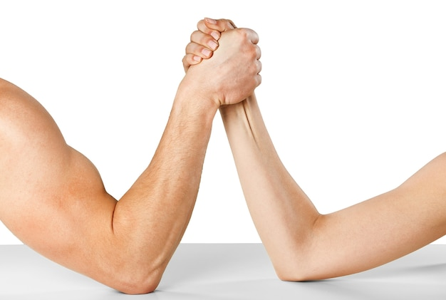 Een man en vrouw met handen geklemd arm worstelen geïsoleerd