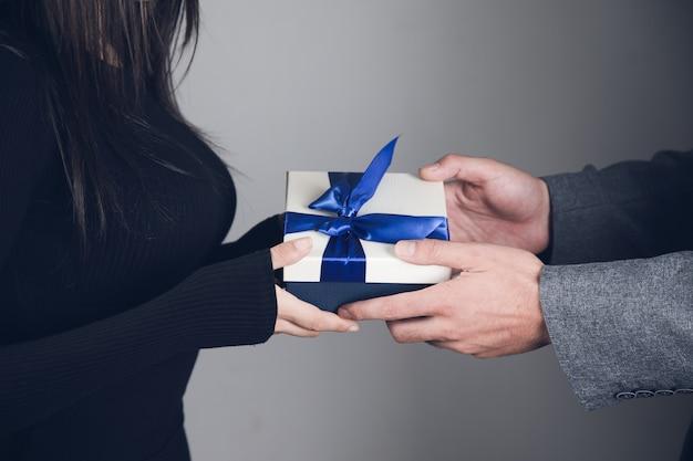 Een man geeft een cadeau aan een meisje
