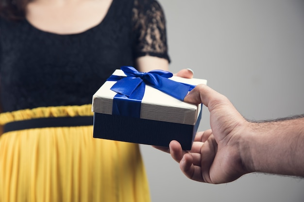 Een man geeft een vrouw een cadeau