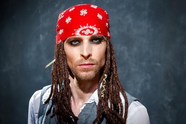 Een man gekleed in een piratenpak