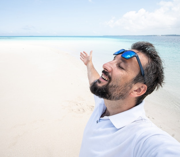 Een man geniet van een prachtig tropisch strand