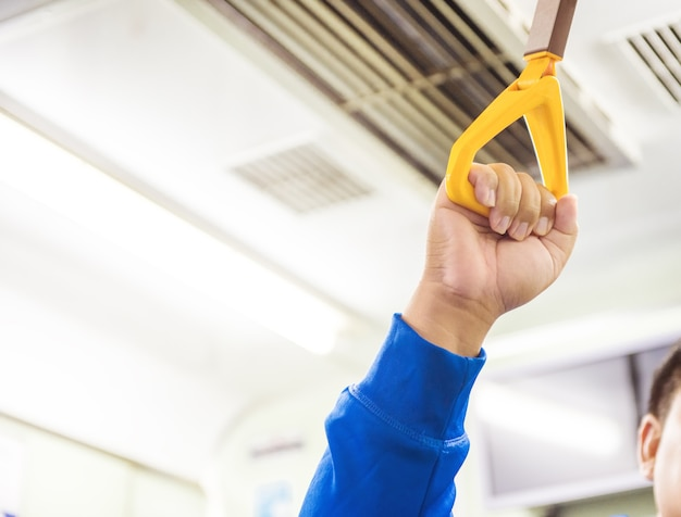 Een man hand met greep op de trein