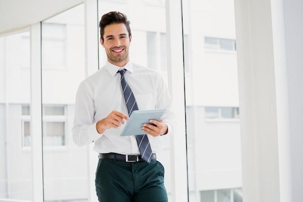 Een man houdt een notitieboekje en glimlacht