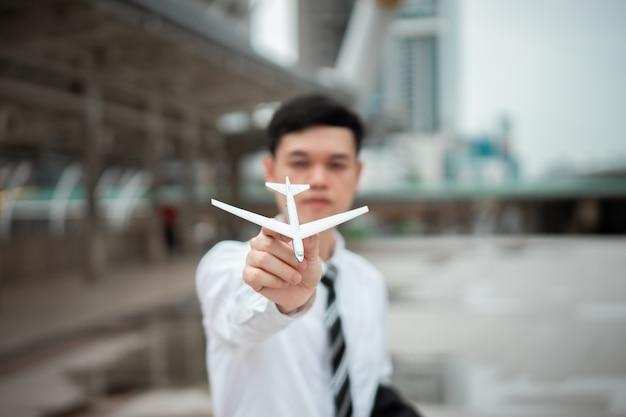 Een man houdt een vliegtuigmodel vast