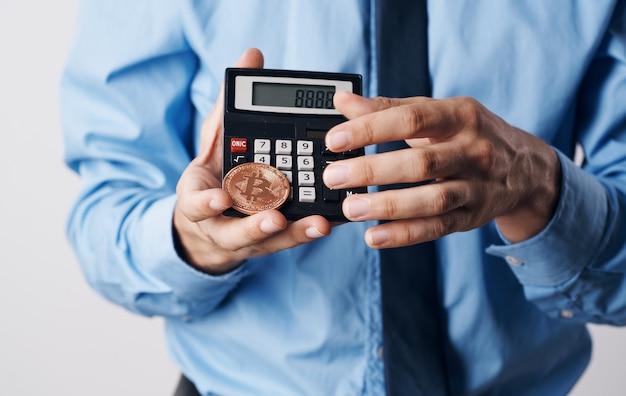 Een man houdt in zijn handen een bitcoin cryptocurrency prijsverhogingscalculator financiële technologie