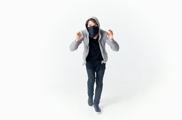 Een man in balaklava met een kap anonimiteit misdaad lichte achtergrond