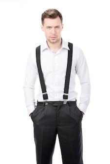 Een man in bretels staat