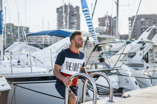 Een man in de haven bereidt het jacht voor op de reis