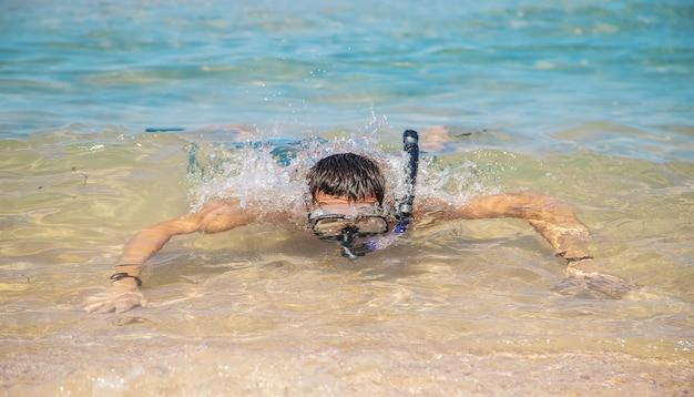 Een man in de zee in vinnen en masker