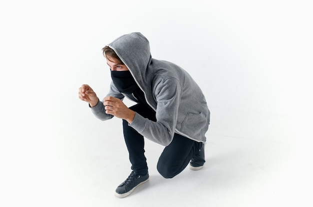 Een man in een capuchon met een bivakmuts op zijn gezicht anonimiteit misdaaddiefstal