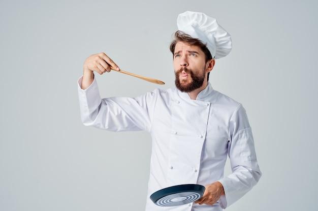Een man in een chef-koks uniform restaurant dienstverlening lichte achtergrond