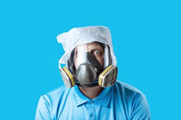 Een man in een gasmasker en een plastic zak op zijn hoofd