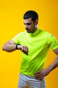Een man in een geel t-shirt kijkt een keer