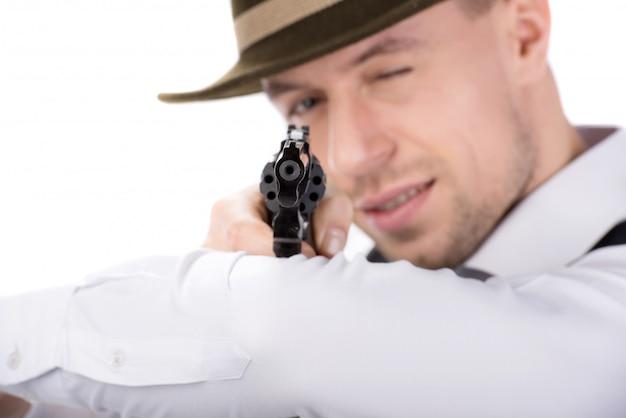 Een man in een hoed richt