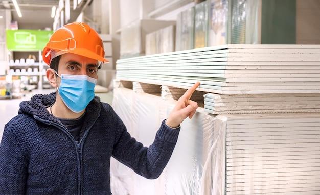 Een man in een ijzerhandel