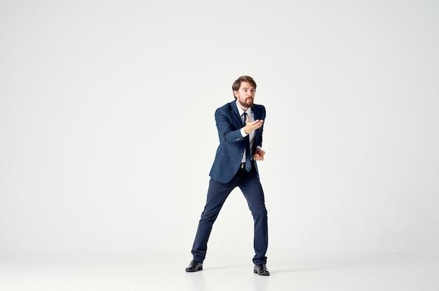 Een man in een jas en stropdas beweging jump lichte achtergrond. hoge kwaliteit foto