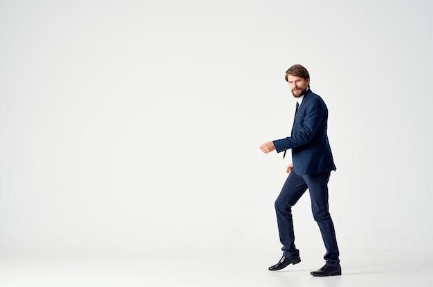 Een man in een jas en stropdas beweging jump office studio. hoge kwaliteit foto