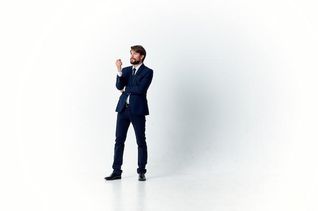 Een man in een jas en stropdas beweging springt baan carrière